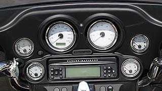 スピードメーター、タコメーターはもちろん、電圧計や油圧計など充実したメーター類を装備。写真中心はオーディオ。AM/FM、CD(MP3方式対応)を楽しめ、携帯音楽プレイヤーの接続も可能。