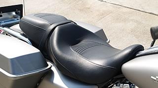 肉厚で深みのあるシートのおかげで長時間のライディングでも疲労感はさほど感じない。腰の部分をシートが守る形状になっているため、特に腰回りが快適。ただシート幅があるため若干足つき性が犠牲に。