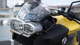 K1200Rのスタイルを決定づける特徴的なフロントマスク。左右異形のヘッドライトのデザインの評価は高い。風洞実験を繰り返し形状が決められたスクリーンは飾りではなく、体の軸を風から守ってくれる。