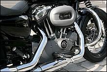 ブラックとグレーでまとめられたエンジンまわり