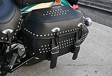 新デザインのコンチョがあしらわれたサドルバッグは積載十分