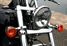 フォークチューブやトリプルツリーを強調させる小振りなヘッドライト