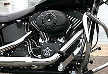 黒いエンジンをベースに、バランスよくクロームパーツを配している