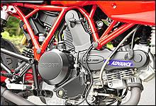 定評のある空冷L型2気筒 2バルブデスモドロミックのデュアルスパークエンジンを搭載。
