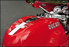タンクのくぼみはライダーが伏せる際にちょうど良い形状。ロゴは70年代風の書体にて仕上げられている。