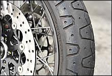 タイヤはスポーツクラシックシリーズのために開発されたピレリ・ファントムを装備。懐かしいパターンだが、中身は最新のスポーツラジアルだ。