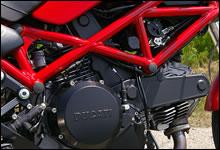 日本専用の398cc空冷2バルブデスモドロミックエンジン。普通二輪免許にあわせた排気量の中で、ドゥカティらしさを味わえる名機だ。