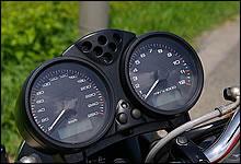 メーターは上位モデルのモンスターと同じものが使用されているため、メーターは260km/hまで刻まれている。