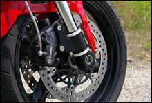 フロントブレーキはスポーツクラシックと同じブレンボ製片押し2ポットキャリパーを採用。2006年までは鋳造4ポットだった。