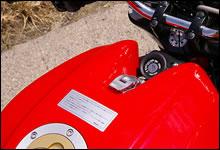 タンクを簡単にリフトアップ出来るのもドゥカティの特徴。タンク前部の固定金具もモンスターのアイデンティティのひとつ。
