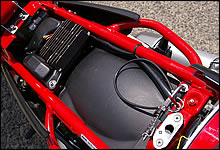 シート下には余剰スペースが無く、小物などは入れられない潔い設計。唯一ヘルメット保持用のワイヤーリングが装備されている。