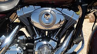 トルクフルな走りが強化された新型エンジン。旧エンジンと比べ、全回転域がバランスよく強化され、マイルドで非常に乗りやすい。ラバーマウントのブルブルと震えるエンジンは見た目にも迫力がある。