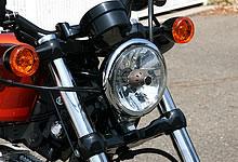 フロントフォーク幅が広がったことにより、バイザー無しのヘッドライトが装着されている。