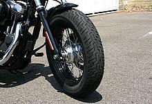 16インチのファットタイヤを採用。フロントから見た迫力を増すポイントだ。
