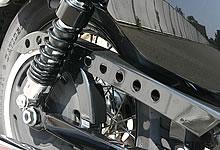 パンチアウトされたベルトガードも XL1200N ナイトスター同様。