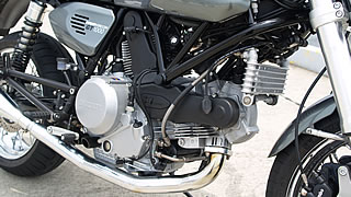 伝統のL型2気筒エンジンを搭載。992ccの排気量を誇り、街から高速巡航まで難なくこなしてくれる。他のDUCATIモデルで採用される乾式クラッチではなく、湿式クラッチが採用しているのも特徴。