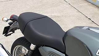 ライダー側だけではなく、パッセンジャー側も快適にデザインされた秀逸なシート。車高はあるが、足つき性を考えてシート形状はフロント部分が絞りこまれ、停車時に足が非常に出しやすい。