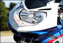フロントマスクのヘッドライトには BMW Motorrad のコンセプトが反映されたアシンメトリーなリフレクターを内蔵。常時点灯とハイビームは独立式で、バルブはいずれも H7 ハロゲンを使用する。