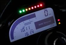 「2Dシステムズ」製のメーターパネルは、レーストラックでの走行を前提に「ROAD」「RACE」モードの切り替えや、ラップタイムの計測、シフトタイミングの設定、油温に合わせたレブリミットの表示など、速度、回転数、走行距離、時間のほかに多くの機能が備わっている。操作は左スイッチの「SET」「MENU」ボタンで行う。上部の LED インジケーターは油温やシフトタイミングを示す。