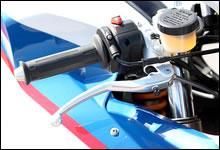 フロントブレーキは「MAGURA」社製ラジアルポンプ式マスターシリンダーを装備。レバー位置を調整するアジャスターはグローブを装着した指先でも回し易い。