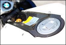 燃料タンクキャップのパネルはカーボン素材の編目を見せるデザイン。