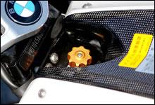 タンクキャップパネルのトップブリッジ側にはフロント・ショックユニットの伸び側ダンパー調整ダイヤルが配置されており、簡単に回すことが出来る。