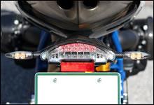 テール/ブレーキライト、ナンバー灯、ウィンカーは LED を使用。