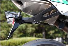 4本のビスと1つのコネクターを抜くだけで、テール・ランプを簡単に取り外すことが出来るナンバー・プレート・キャリア。