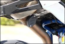 サイレンサーとエキゾーストパイプのジョイント部分に、低中速のトルクアップを狙った「アクティブ・エグゾースト・ガス・フラップ」(排圧コントロールバルブ)が備わる。シート下に配置されたサーボモーターがエンジンのコントロールユニットで制御され、ワイヤー駆動によってフラップを開閉する。