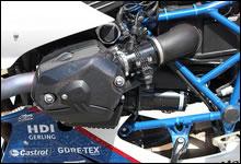 ブラックアウトされた HP2 Sport の心臓部。R1200S のエンジンをベースとし、メガモトやエンデューロとは異なる DOHC シリンダーヘッド搭載の新型ボクサー。シリンダー・ヘッドカバーは極厚・無垢のカーボン・ファイバー製。