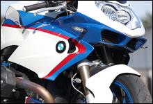 フェアリングは全てカーボン・ファイバー製。BMW のモータースポーツ・カラーがよりスポーティな印象を与えている。フロントもリアもフェアリングは一体型の自立式で、固定するための専用ステーを必要としない。BMW 特有の「キドニー・グリル」奥には専用設計のオイル・クーラーを装備。