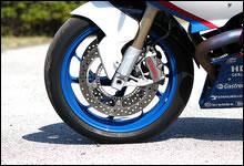 車体色に合わせてインディゴ・ブルー・メタリックにペイントされたフロント・ホイール。前後共に軽量・高強度の鍛造アルミホイールとなっている。ブレーキにはブレンボ社製ラジアル・マウント式モノブロック4ピストン・キャリパーをダブルで装備する。サスペンションはテレレバーを採用し、標準装備の ABS は任意でオン/オフの切り替えが可能。