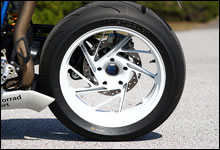 リア・ホイールは車体色のベースカラーとなるアルピン・ホワイトにペイント。