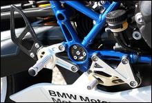 フットレスト右側。ブレーキペダルもシフトペダル同様位置調整が可能。ステップに刻まれた滑り止めのローレット加工は部位によって細かさが異なる。