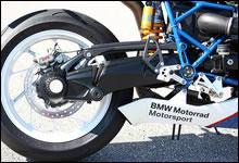 エンジン同様ブラックアウトされたパラレバー・スイングアーム。リア・ブレーキもブレンボ社製でキャリパーは片押し2ピストン、フローティング・ディスクを採用。