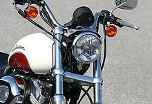 ラジアルタイヤを装着したことでフロントフォーク幅が若干広くなり、ヘッドライト周りが膨らんだ印象に。