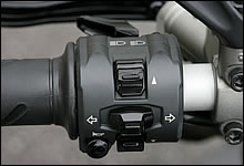 左側ハンドルスイッチにはパッシング&ハイビーム、ウィンカー、ホーン、ふたつのメーター操作スイッチが配される。各スイッチの配置はバランスがよく、またクリック感も確かなもので操作性は良好。