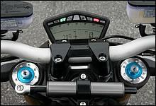 メーターには速度、エンジン回転数の他、水温計や気温計、温度計、トリップやオドなどが機能的に表示され、左ハンドルスイッチで操作する。パネルは液晶でバックライトは白、明るさを3段階に調節可能。前傾時でも見やすい配置とデザインだ。
