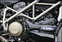 クラッチカバーは日本の騒音規制に対応するための専用パーツ。エンジンでは、クランクケースが見直され、剛性を高めるとともに1098よりも3kgもの軽量化を達成している。これも合わせて、Sバージョンは無印よりも乾燥重量で2kg軽い。