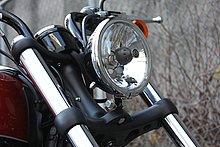 ブラックパウダーコートされたトリプルツリーが印象的。コンパクトに見えるヘッドライトも全体を形成する大事なパーツ。