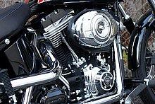 ブラックとメッキでコントラストを描く ツインカム96Bエンジン。
