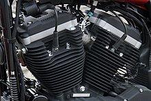 エンジンはスポーツスター伝統の4カムVツイン。排気量はその名の示す通り 883ccで、'04年にデビューしたニューエボリューション系エンジンを搭載する。吸気にはインジェクションを採用、信頼性と使い勝手に優れたエンジン。