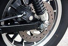 リヤタイヤは16インチの150/80サイズで、ホイールはフロントと同系デザインを採用したアルミキャストホイール。軽快感をスポイルするほど太すぎず、迫力が足りないほどは細くない、絶妙なサイズ設定。リヤブレーキは油圧式シングルディスク。
