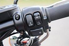 右ハンドルスイッチには、セルボタン、キルスイッチ、右ウインカーのスイッチが設けられる。左右のウインカースイッチを同時に押すことで、ハザードランプが点灯する。スイッチの数を増やさずに機能を増やす、合理的な設計だ。