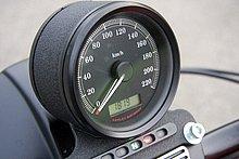 メーターはシンプルな1眼タイプで、スピードメーターのみ表示される。遊びの面でタコメーターが欲しいこともあるが、実用上は問題ない。液晶パネルは、オドメーター、ツイントリップメーター、時計が切り替え表示可能。視認性は良好だ。