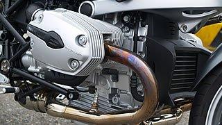 左右に突き出したシリンダーが特徴的な水平対向エンジン。1169ccの空油冷エンジンながら109馬力の出力を誇る。停車時にスロットルを捻ると車体が右に振られるエンジンは他には見られない魅力がある。