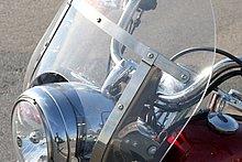 ウインドシールドはフロントフォーク両側の各2箇所のゴムブッシュにステーを差し込み、スプリングで固定される。脱着は非常に簡単だ。