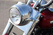 ヘッドライトはクロームナセルを装備したラージタイプ。ウインドシールドを外した状態でも、違和感のないデザインワーク。