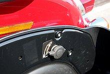 サドルバッグ内部に設けられたノブを回転させると、サドルバッグのロックが外れる。その状態で、車体後方に引き抜けばバッグが外れる。