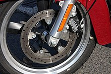 フロントブレーキは油圧式のシングルディスクブレーキを採用。ブレーキキャリパーは対抗4ピストンで、ブレーキディスクはリジッドマウントされる。